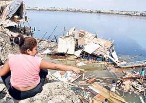 Ocho casas caen al Estero Salado de Guayaquil