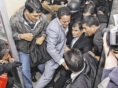Rafael Correa en el hospital de la Policia