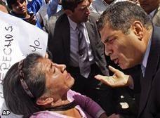 Rafael Correa falta el respeto a una anciana