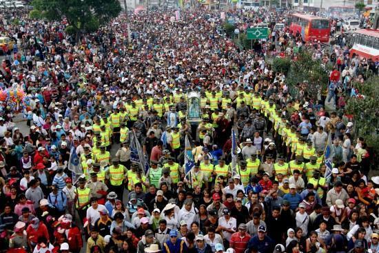 Millares de fieles van a la peregrinación de la Virgen de El Cisne